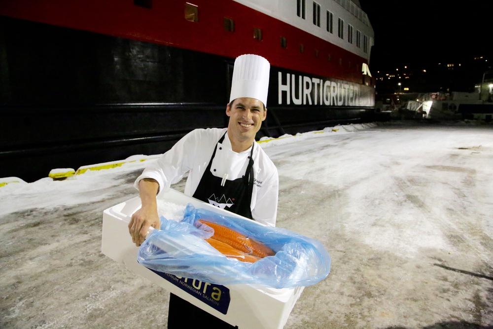Anders Göransson er chef på MS Nord-Norge. Her henter han laks på kaia i Skjervøy. Snart skal den serveres om bord. Foto: Odd Roar Lange