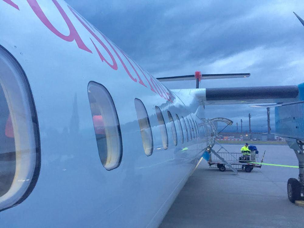 Et lurt tips er å ringe direktenummeret til ditt flyselskap ved en av de mindre flyplassene i landet. Så unngår du køen ved callsenteret.        Foto: Odd Roar Lange