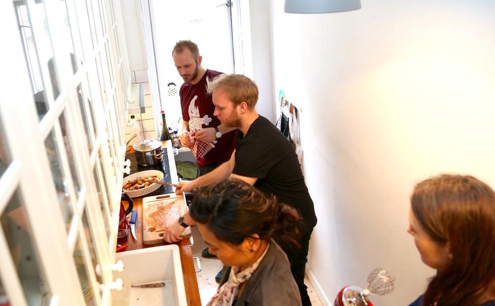 Mikkel, Mads, Mia Nyegaard og Inger på kjøkkenet.           Foto: Odd Roar Lange