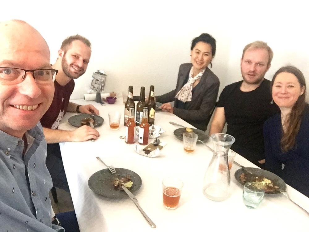 Sammen med Mikkel, Mia, Mads og Inger ved matbordet. Dette er en restaurant. Foto: Odd Roar Lange