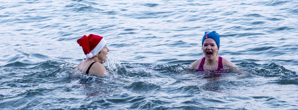 Mor datter hopper i havet.                     Foto: Kjetil Stran
