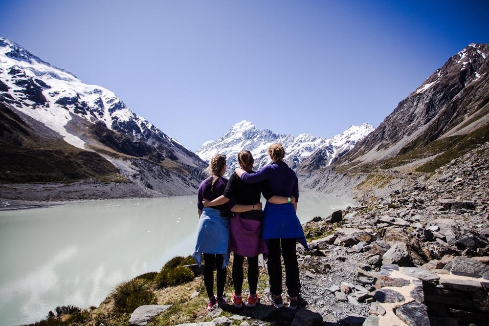 Kristina, Åshild og meg reiste sammen i New Zealand i seks uker. Her står vi og beundrer New Zealands høyeste fjell, Mount Cook.