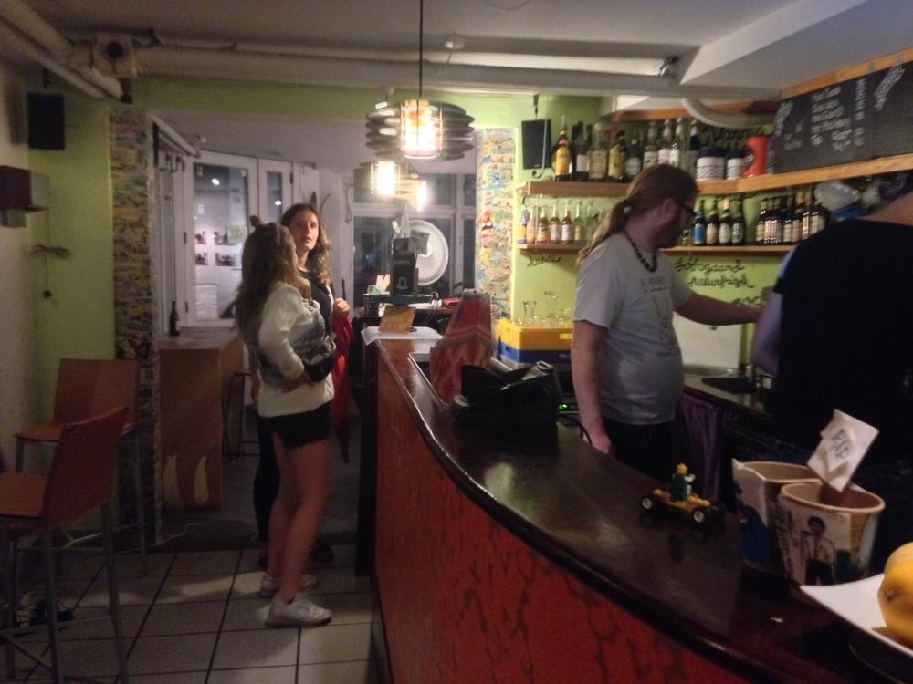 På besøk på lokale puber.                      Foto: Odd Roar Lange