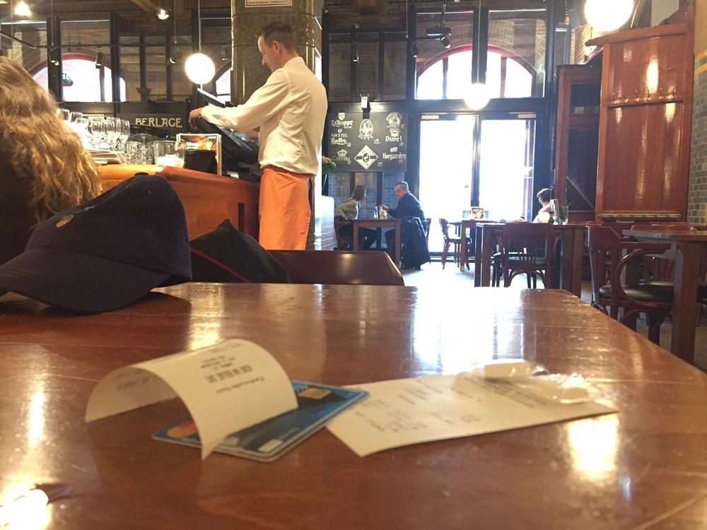 Betal regningen ved bordet, eller bli med servitøren til disken. Illustrasjonsfoto: Odd Roar Lange
