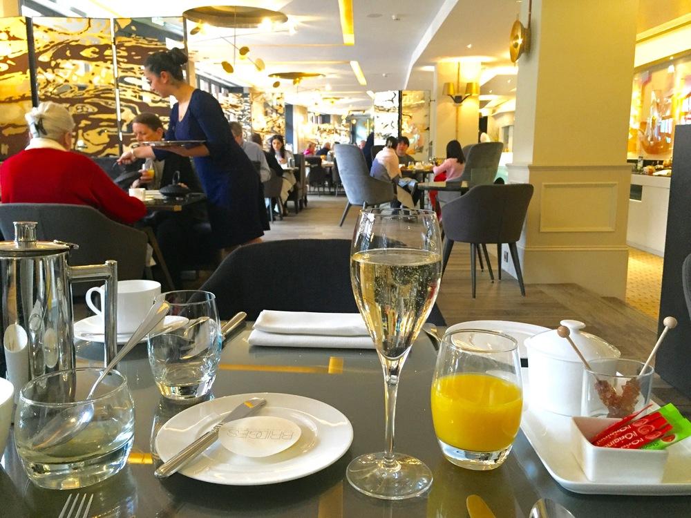 Selvsagt er det champagne til frokost...                             Foto: Odd Roar Lange