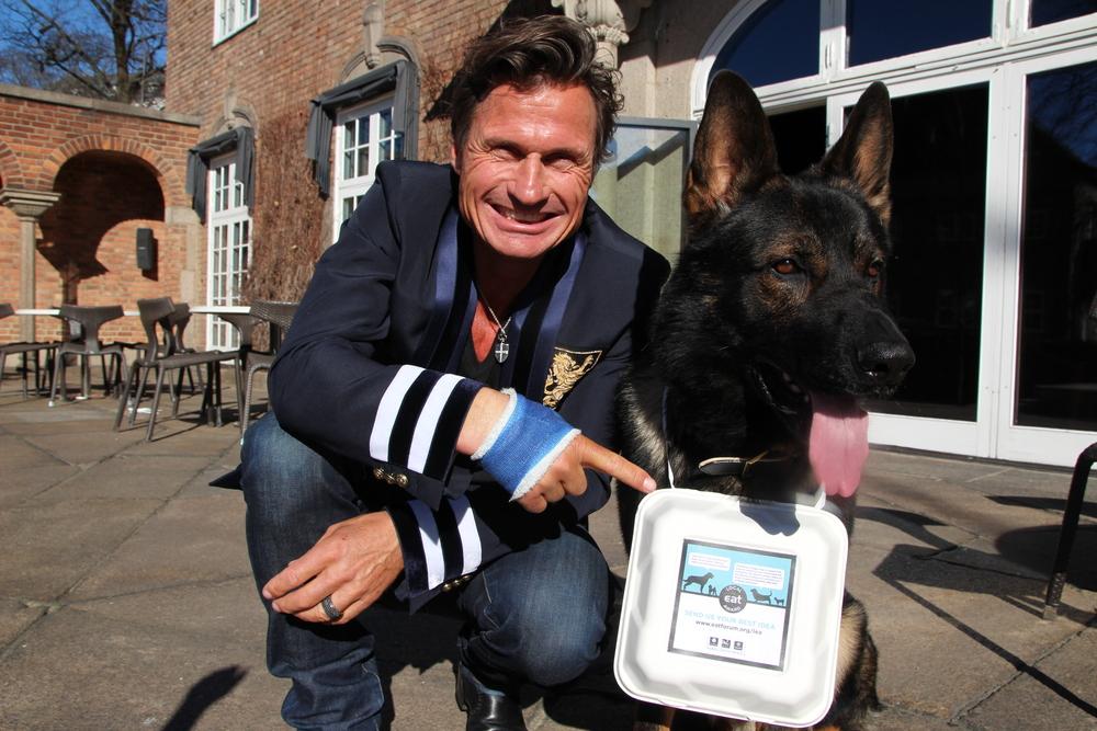 Petter Stordalen med sin nye doggy bag. Du trenger imidlertid ikke ta det like bokstavelig...