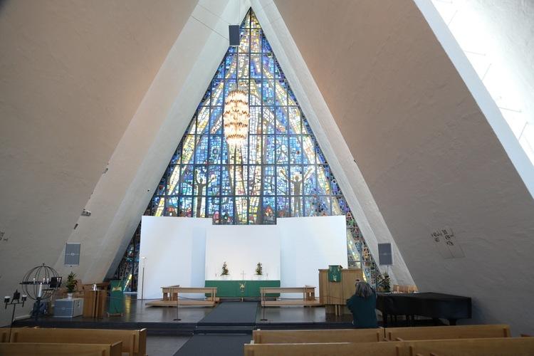 Ishavskatedralen sett fra Tromsøsiden.                             Foto: Odd Roar Lange