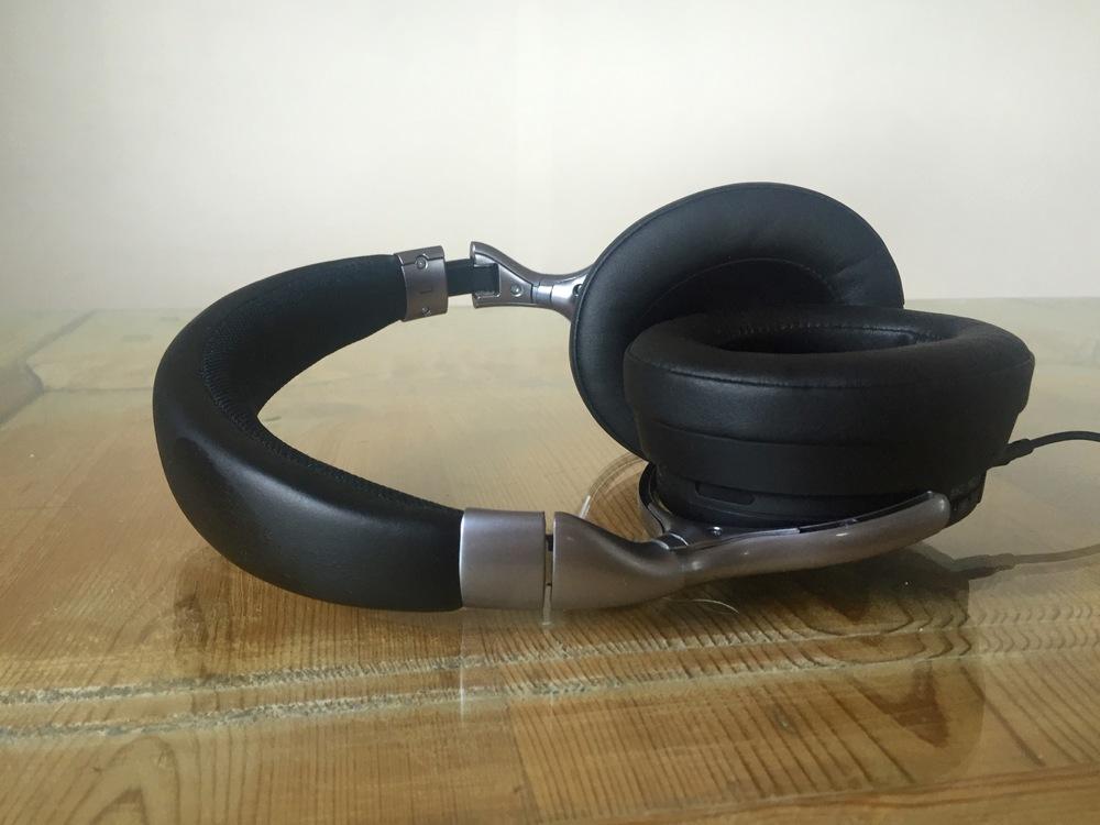 Høreklokkene har gode polstrede høyttalere og en kraftig og godt polstret bøyle. Foto: Odd Roar Lange