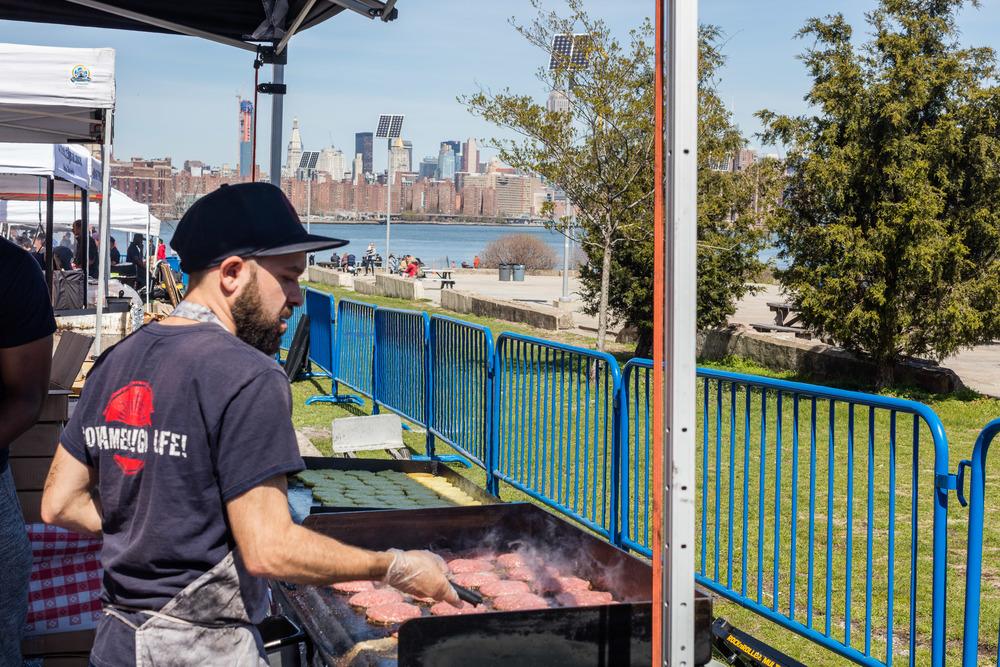 Burgere til Ramen Burgere grilles rett før servering.Foto: Sven-Erik Knoff