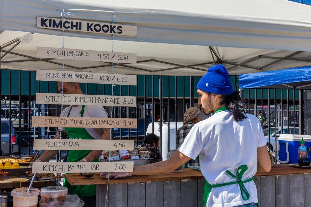 Kimchi-kokker gjør klar til dagens entré.Foto: Sven-Erik Knoff