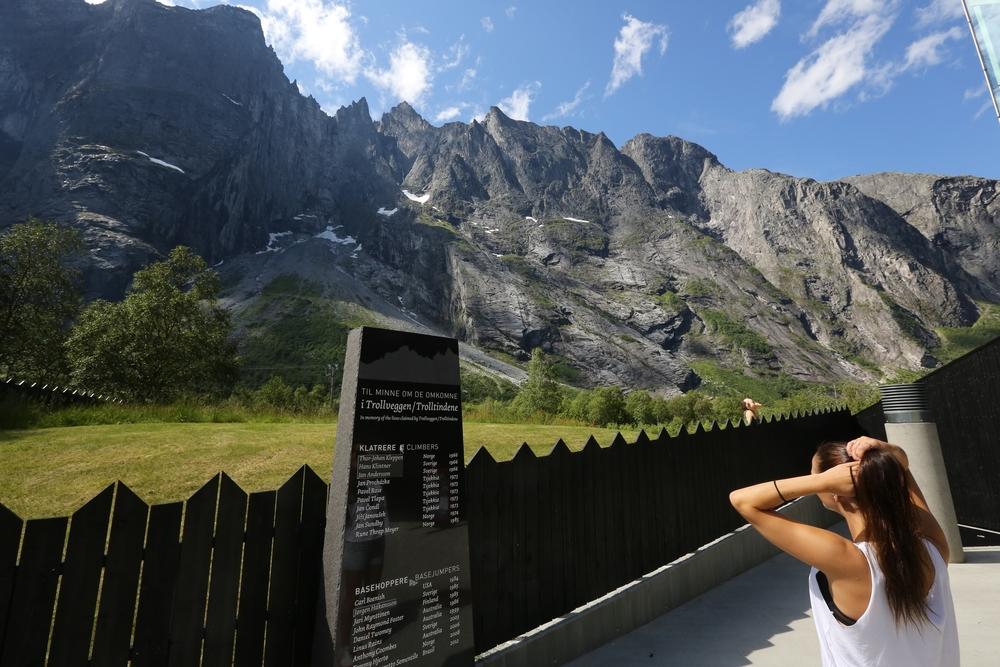 Skal vi la turistene nøye seg med å se på fjellene, eller skal vi la dem besøke dem - og legge igjen penger der? Foto: Odd Roar Lange
