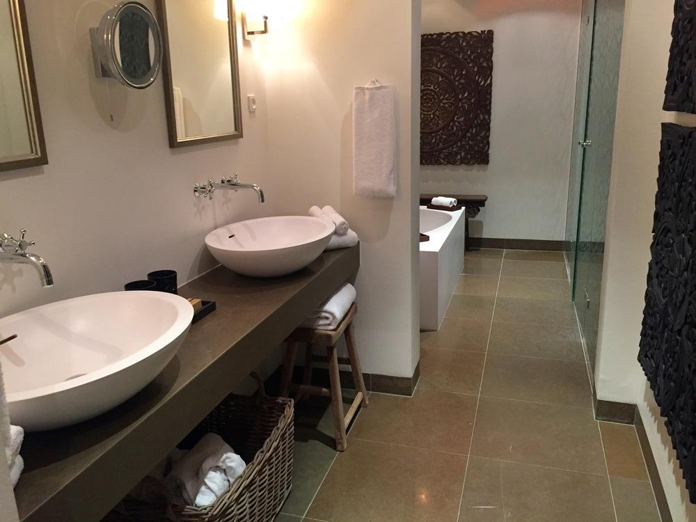 Ikke la deg lure av at hotellbadet ser luksuriøst ut. Det er ikke sikkert det er god vasket av den grunn. Foto: Odd Roar Lange