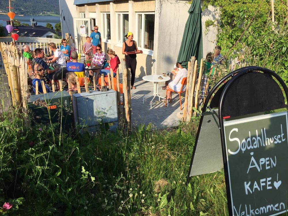 Etter fjellturen samles mange for mat og drikke hos Sødahlhuset.  Foto: Odd Roar Lange