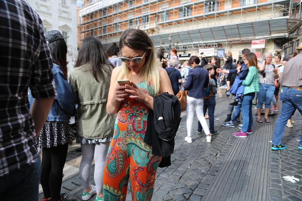 Ser du bare ned i mobiltelefonen, eller husker du å få med deg deg som skjer rundt deg? Foto: Odd Roar Lange