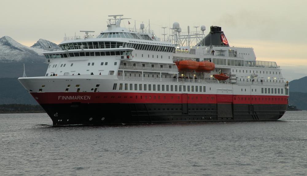 MS Finnmarken på vei mot havn ved en tidligere anledning.  Foto: Hurtigruten
