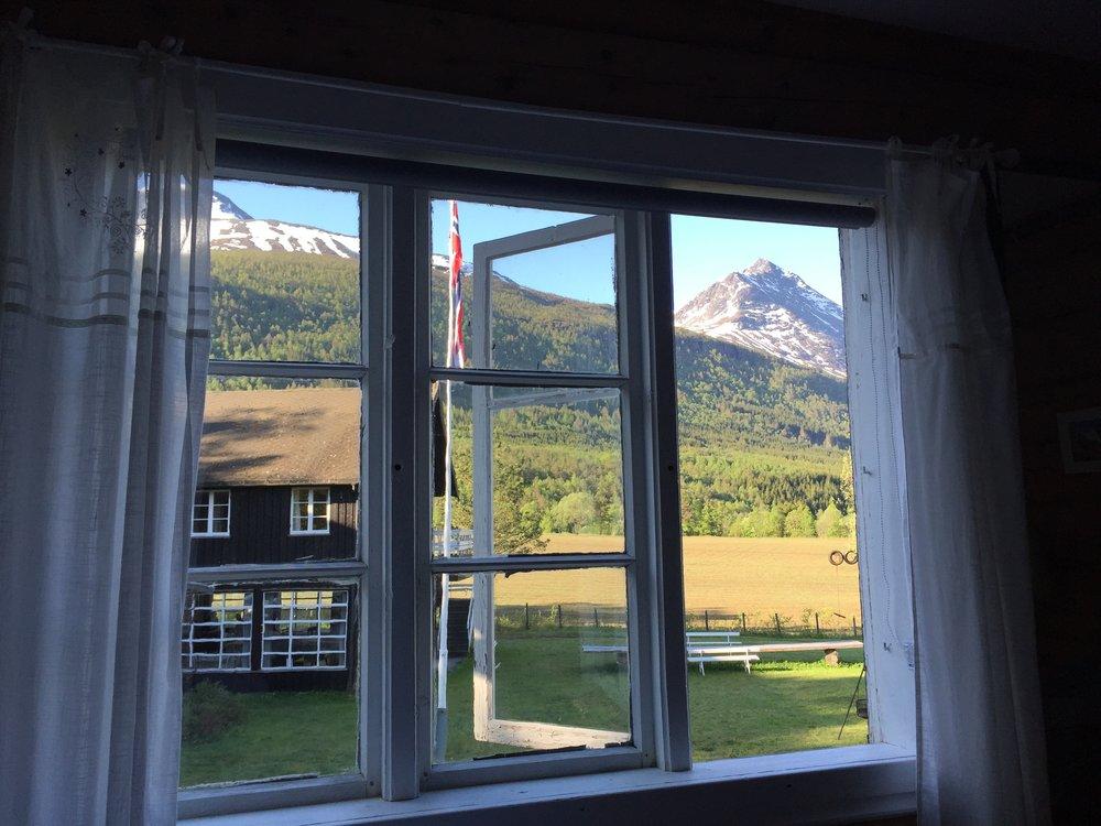 Utsikten fra rommet er kanskje det beste med rommet. Frokostsalen er bak de smårutete vinduene.                                                Foto: Odd Roar Lange