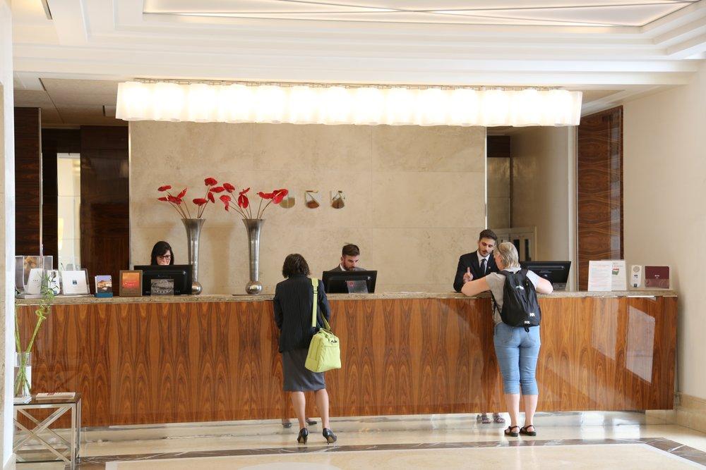 Resepsjonen på hotellet er også en god turistinformasjonsbase. Foto: Odd Roar Lange