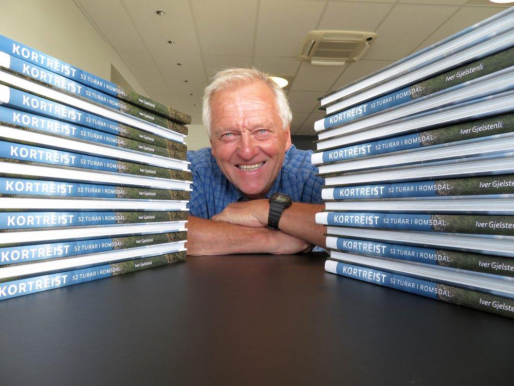 Iver Gjelstenli med sin nyeste bok: Kortreist - 52 turer i Romsdal