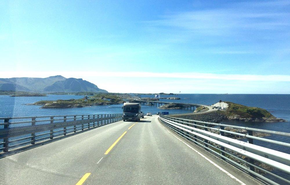 Vegen over åpne landskap - Atlanterhavsvegen.       Foto: Odd Roar Lange