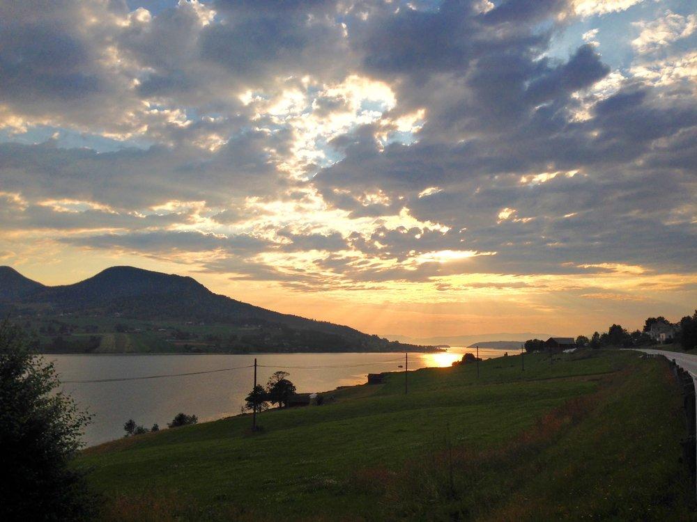 Er det mørke skyer eller er det en fin solnedgang? Det kommer an på øynene som ser. Foto: Odd Roar Lange
