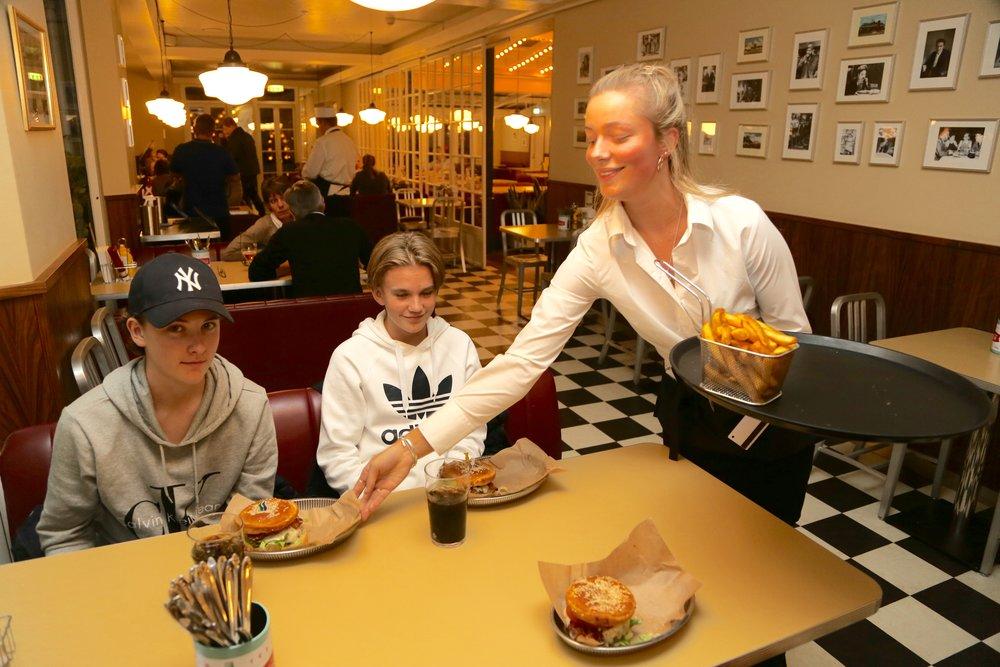 Humburgertid hos Price i Tivoli.                  Foto: Odd Roar Lange