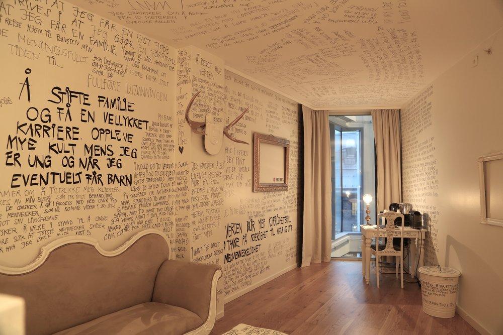 Gjenbrukte møbler og mange drømmer på vegger, tak, søppelbøtten, stoler og bord. Foto: Odd Roar Lange