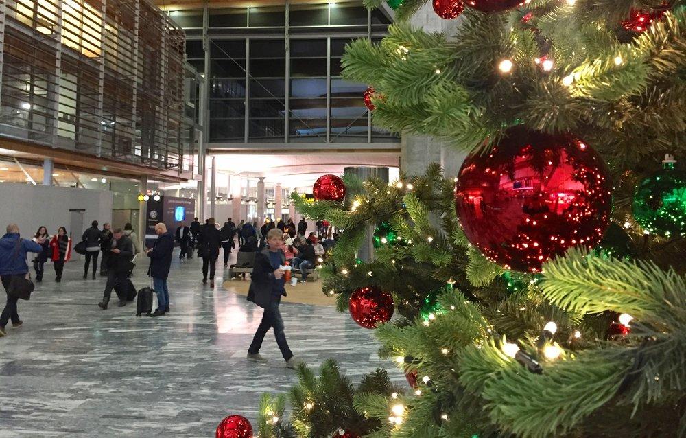 Julen er på plass på Gardermoen.              Foto: Odd Roar Lange
