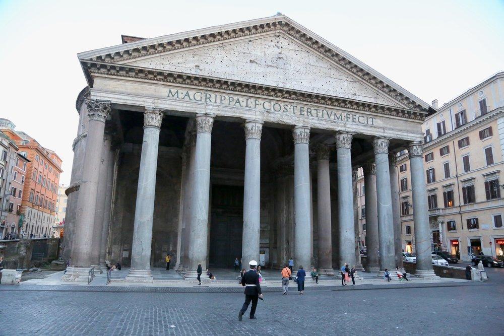 Pantheon er godt bevoktet, men en kvinne klarte å ødelegge verdifulle lysestaker. Foto: Odd Roar Lange