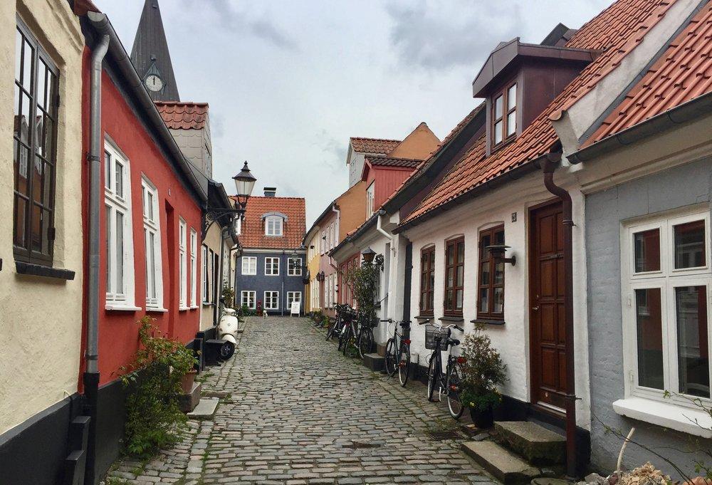 De sjarmerende smugene og gamle husene er bare én av grunnene til å dra til Aalborg. Foto: Odd Roar Lange