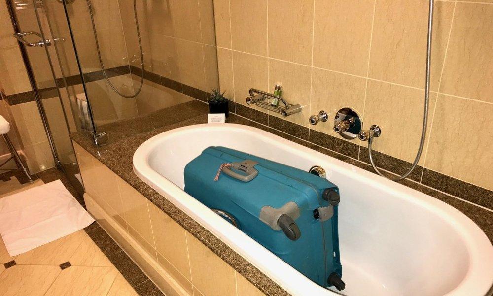 Legg kofferten din her til du har fått sjekket senga for eventuelle veggedyr. Da gjerne kofferten stå på badet under hele hotelloppholdet.           Foto: Odd Roar Lange
