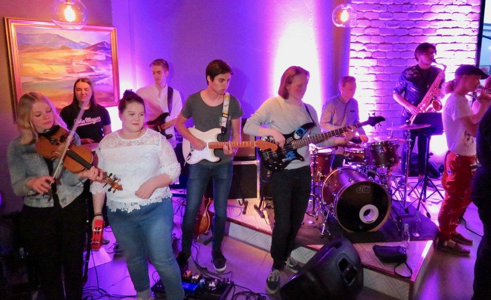 God stemning, god musikk med Lærlingan = god sommer. Foto: Odd Roar Lange