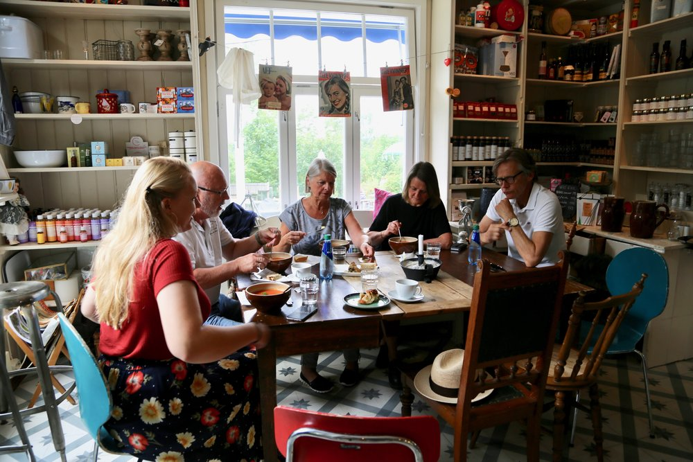 God lunsjstemning rundt bordet på Svartskog landhanderi.    Foto: Odd Roar Lange