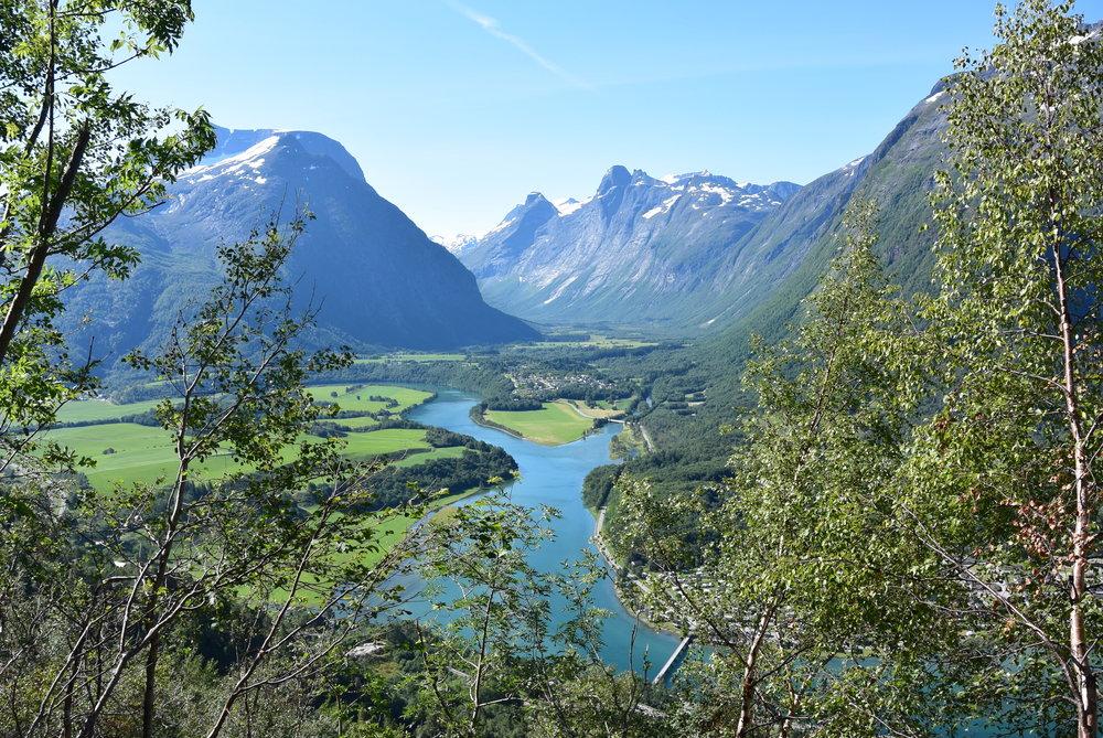 Utsikt over Romsdal, med Insterdalen, Rauma elv, utløpet av elva Istra og fjellene Kongen, Dronningen og Bispen.  Foto: Norsk Tindesenter