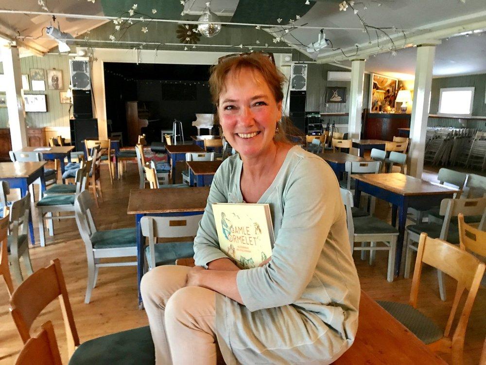Dorthe Endresen ha skrevet boken om sitt liv med Gamle Ormelet. Hun ønsker deg mer en hjertelig velkommen på besøk. Foto: Odd Roar Lange