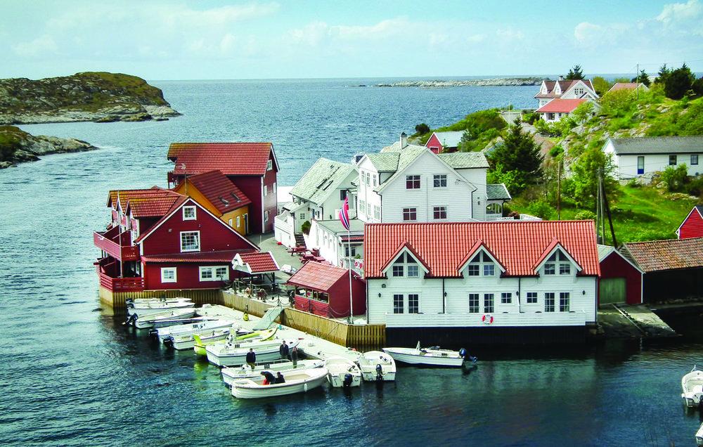 FISKEFERIE: Mange europeere har bestilt en hytteuke langs Norskekysten denne høsten. De fleste fisketuristene kommer fra Tyskland. (Foto: Novasol)