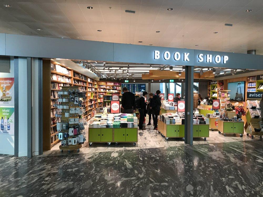 Tanums bokhandel har et stativ med el-artikler (tv). Styr unna, hvis du ikke vil bli «ranet». Foto: Odd Roar Lange