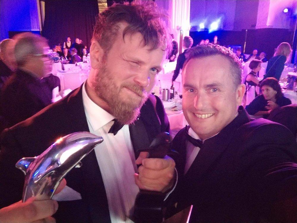 Grim Berge (tv) og Sven-Erik Knoff fikk ny filmpris. Denne gang svart delfin i Cannes.