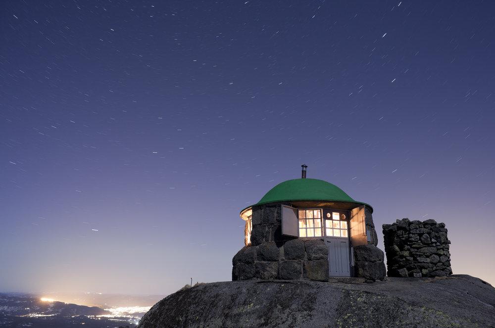 Styggemannshytte med lysene fra Kongsberg i bakgrunnen.            Foto: Jørn Følstad