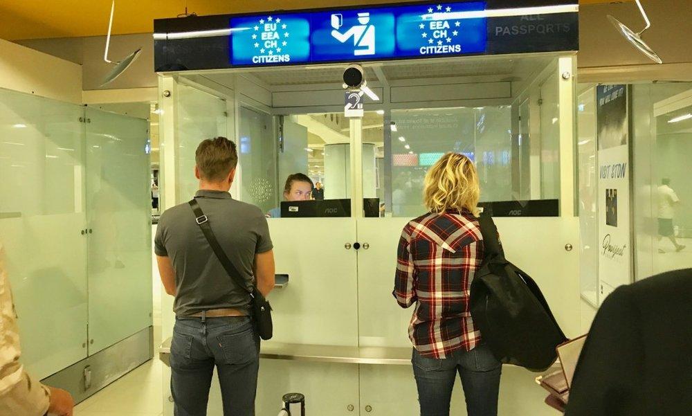 PASSKONTROLL: Husk å ta med pass på alle utenlandsreiser - både innenfor og utenfor Norden. Foto: Odd Roar Lange/The Travel Inspector