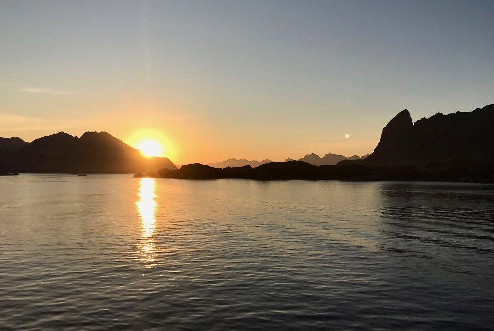 Er det soloppgang eller er det solnedgang? Noen ganger kommer det an på øynene som ser. Foto: Odd Roar Lange