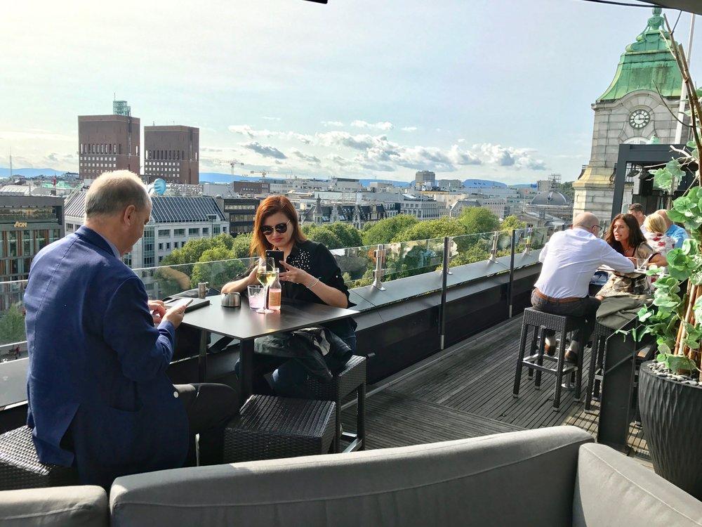 En sommerdag på takrestauranten på Grand Hotel.          Foto: Odd Roar Lange