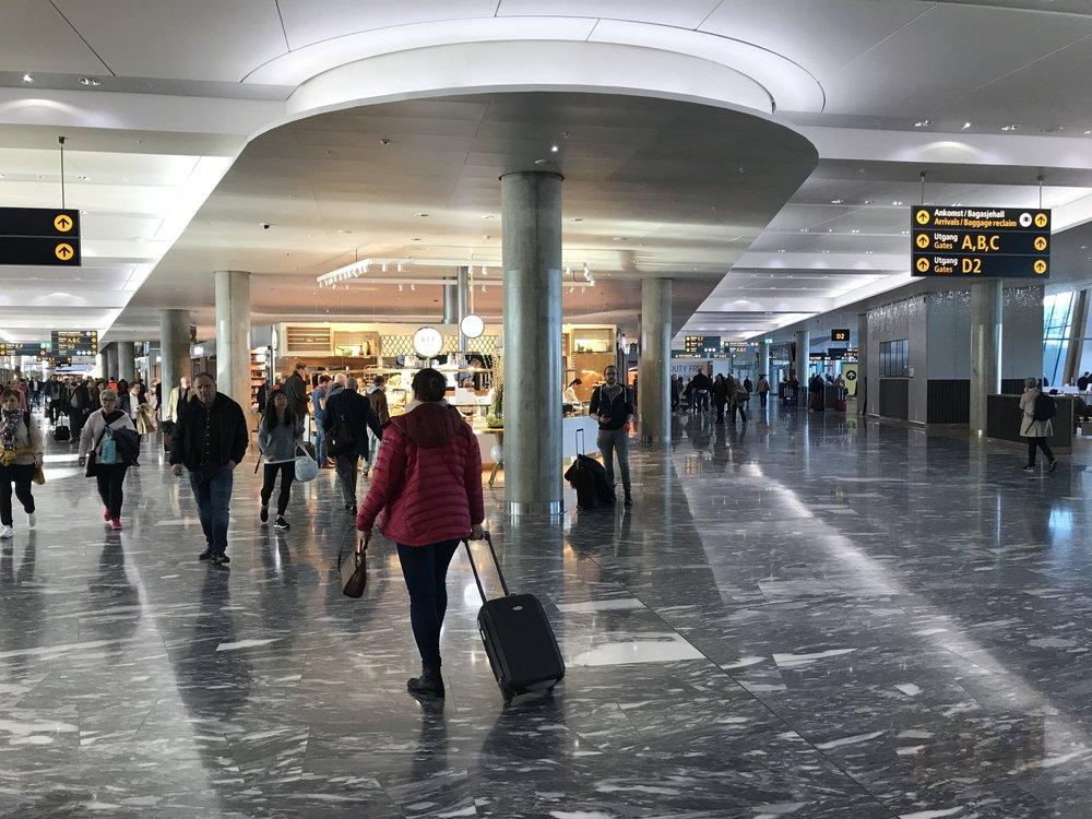 De reisende på Oslo lufthavn Gardermoen plages av pågående kredittkortselgere. Nå må det ta slutt.                                         Foto: Odd Roar Lange