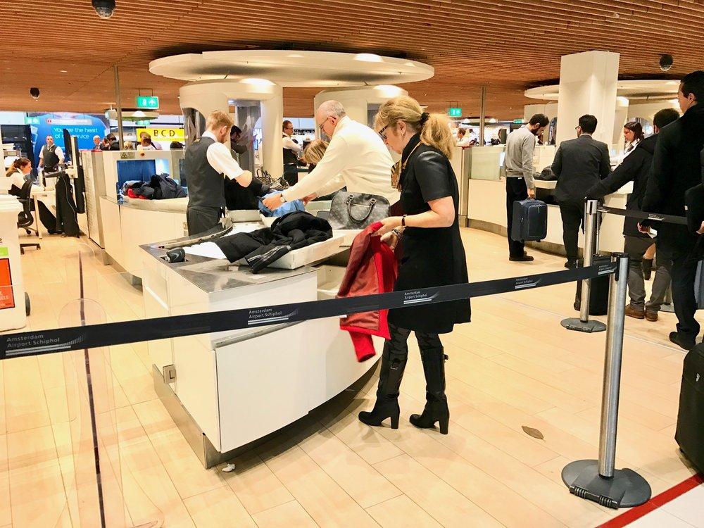 Sikkerhetskontrollen på Schiphol går nye veger for raskere passering. Foto: Odd Roar Lange