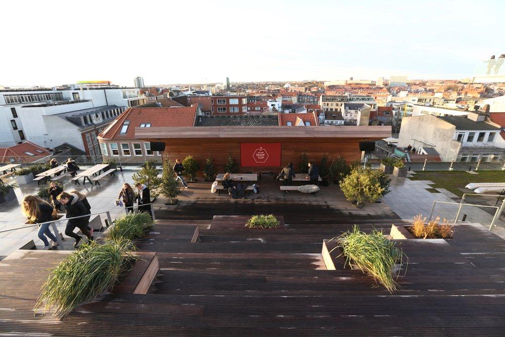 Scene på taket av kjøpesenteret. Så bra kan det gjøres.     Foto: Odd Roar Lange