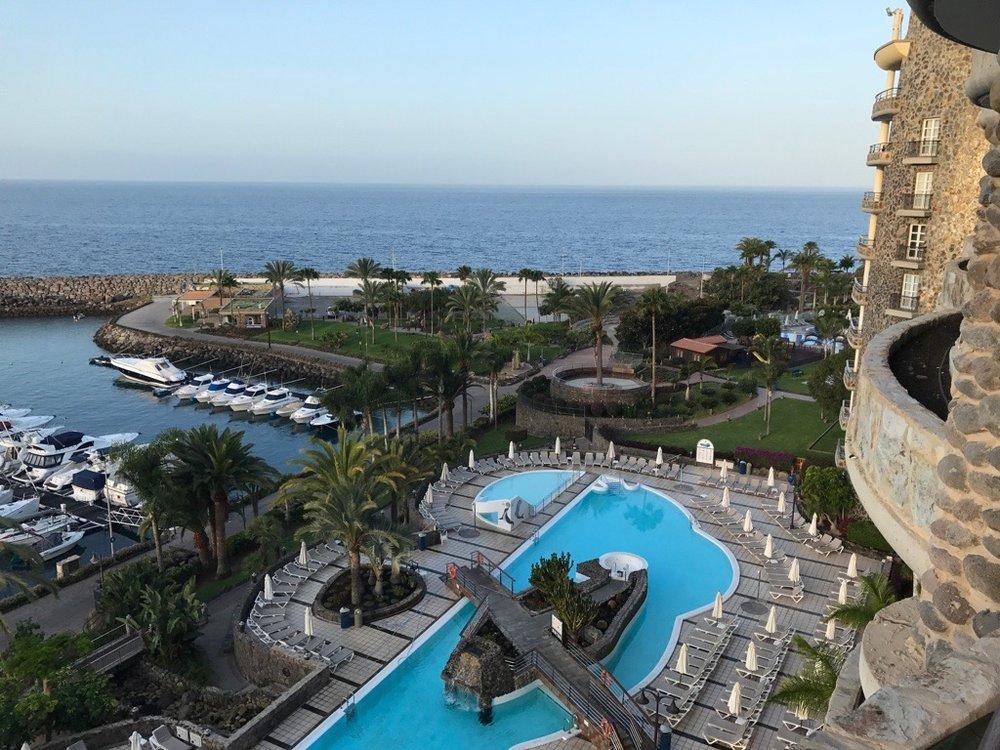Resorten har bademuligheter både i sjøen og i basseng.