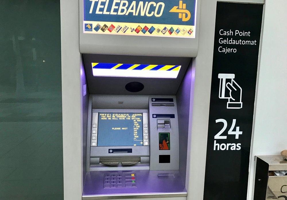 Pass på når du skal ta ut penger i minibanken.                Foto: Odd Roar Lange