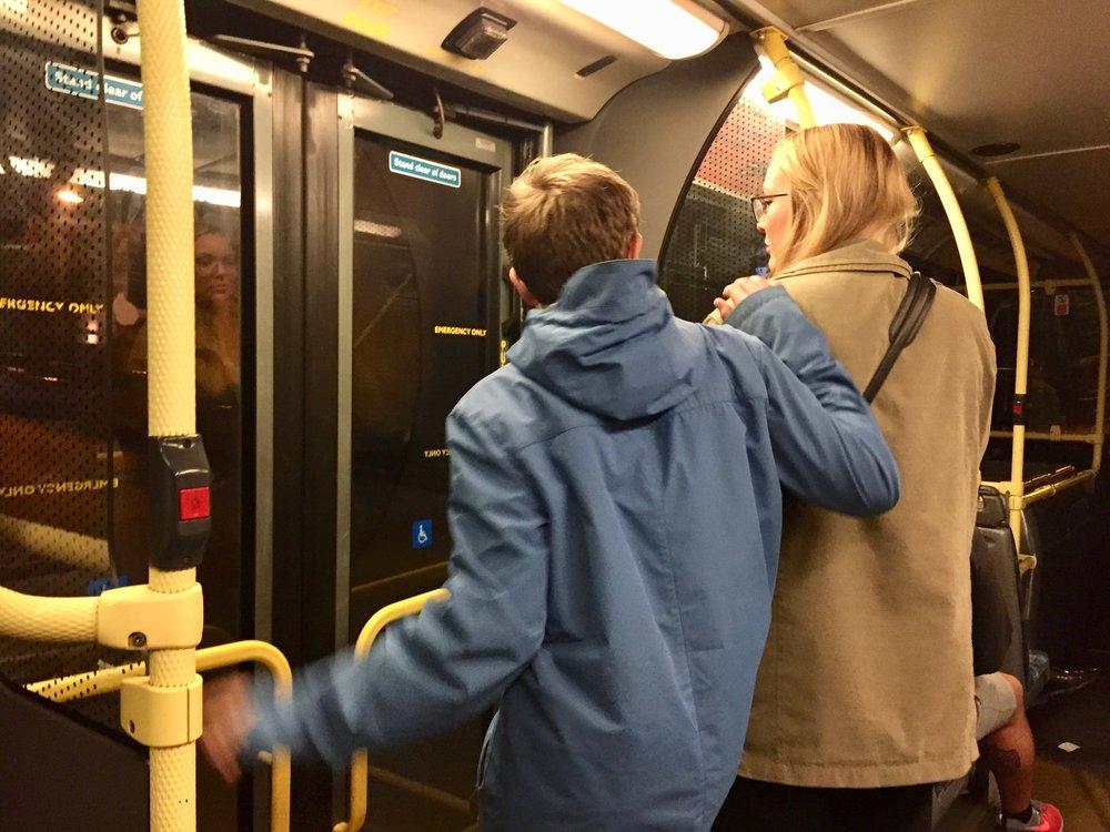 Noen skal av, derfor skal du vente før du går inn på toget. Foto: Odd Roar Lange