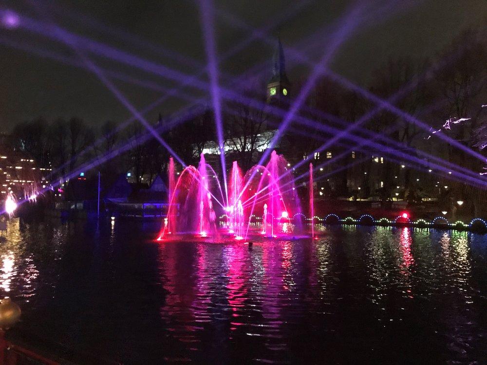 Vinterilluminasjoner på tivolisjøen.                     Foto: Visit Denmark
