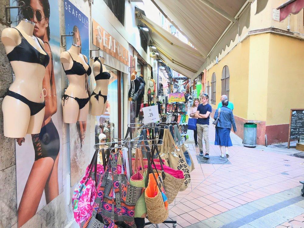 Shoppingmulighetene i Nice er utallige. Her fra gamlebyen i sentrum. Foto: Odd Roar Lange
