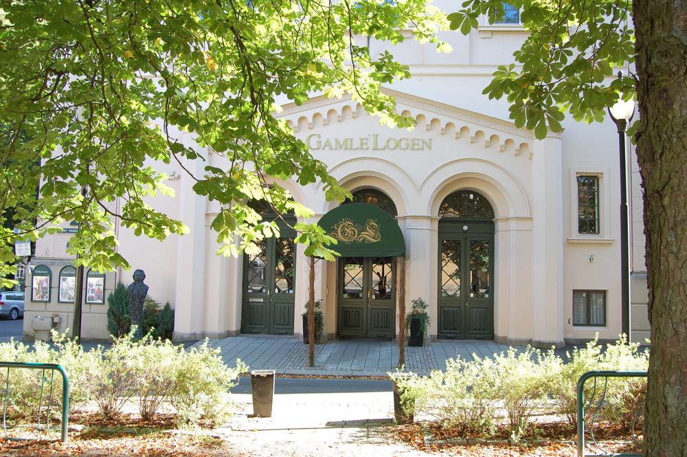 Fasade inngang med trær.jpg